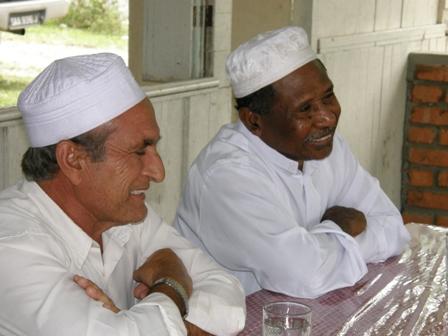 Ustaz Hadiq berkongsi maklumat dengan Haji Nicholas