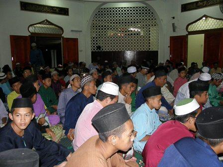 Jemaah berpusu-pusu pada majlis bacaan tahlil dan doa