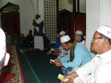 Ustaz Hadiq sedang menyampaikan tazkirah sebelum memulakan tahlil