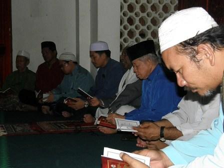 Ustaz Sulaimin sedang memimpin bacaan yaasin