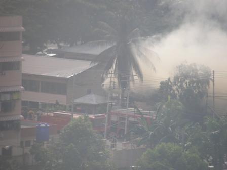 Ahli Bomba sedang memadamkan api