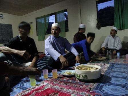 Turut kelihatan Ustaz Mohd Zaki dan Ustaz Sanusi