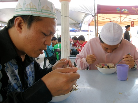 Ustaz Akob dan Ustaz Sulaimin sedang menikmati soto rusa