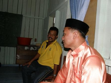Ustaz Azmi sedang sibuk berbincang dengan tuan rumah