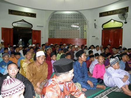 Khusyuk mendengar tazkirah selepas majlis tahlil dan doa