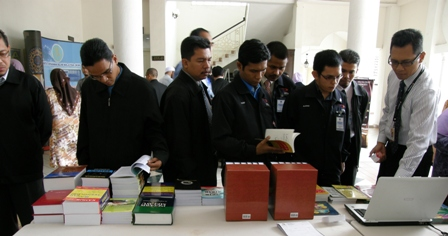 Para peserta sedang melawat pameran