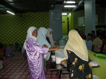 Petugas wanita sibuk menyediakan juadah selepas majlis