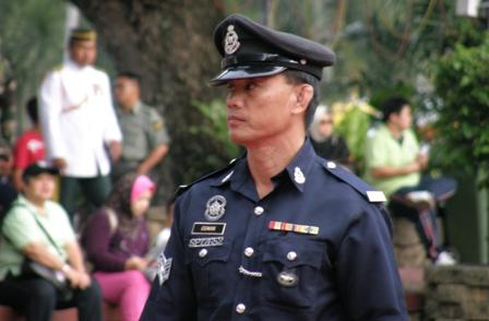 Polis sedang mengawal keselamatan