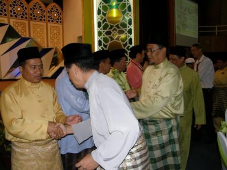 Timbalan Pengarah sedang bersalaman dengan Tuan Haji Yahya