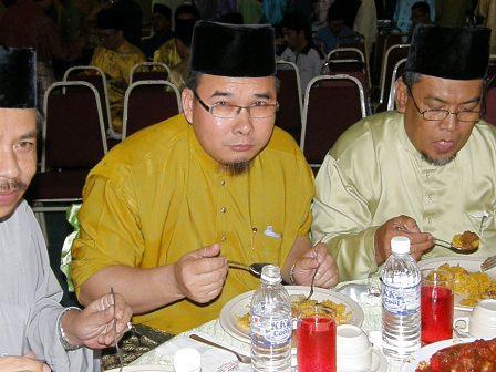 Tuan Haji Sotimin sedang menikmati nasi briyani, kelihatan Tuan Haji Yahya dan Ustaz Senan Jipar
