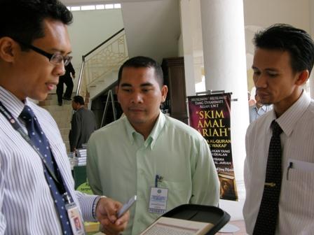 Ustaz Kahar teliti mendengar penerangan Syarikat Penerbit Al-Quran Digital