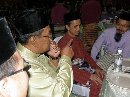 Ustaz Senan sedang memperkatakan sesuatu kepada Ustaz Musally dan Ustaz Najion