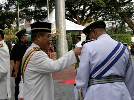 YB Datuk Yahya Hussin Sedang membetulkan sesuatu pada pakaian rasmi polis ini