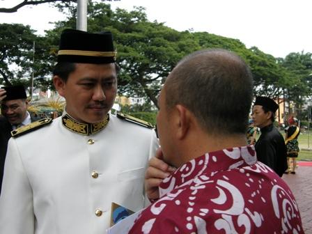 Zainudin Aman dengan Ketua Kesenian Islam Sabah, Haji Hassan